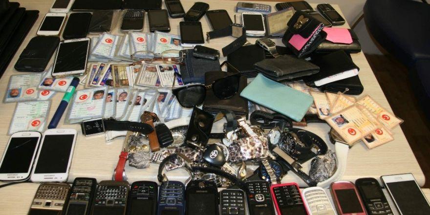 Erkekler nüfus cüzdanlarını, kadınlar ise çantalarını unutuyor