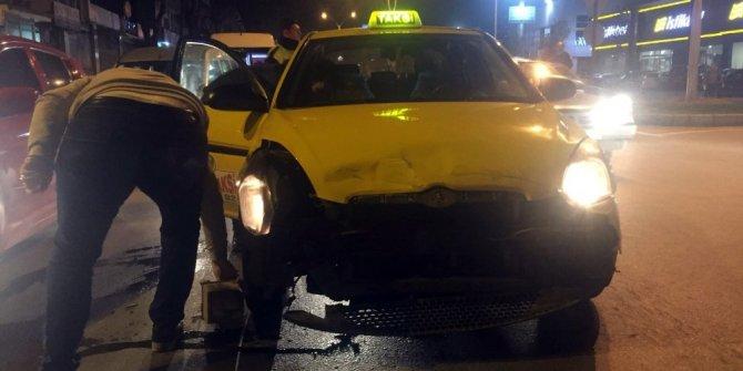 Sakarya'da ticari taksi ile ticari araç çarpıştı: 1 yaralı