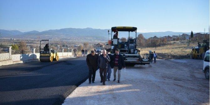 Gediz'de Hastane Yolu'na sıcak asfalt