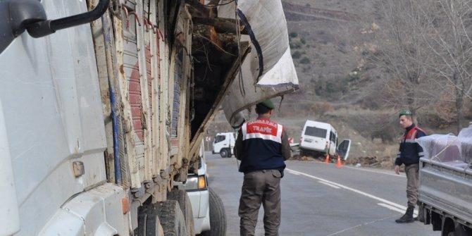 İşçi servisi yola düşen tomruklara çarptı: 6 yaralı