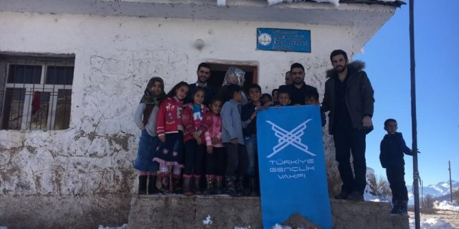 Şemdinli'de köy okulu öğrencilerine giyim ve kırtasiye yardımı