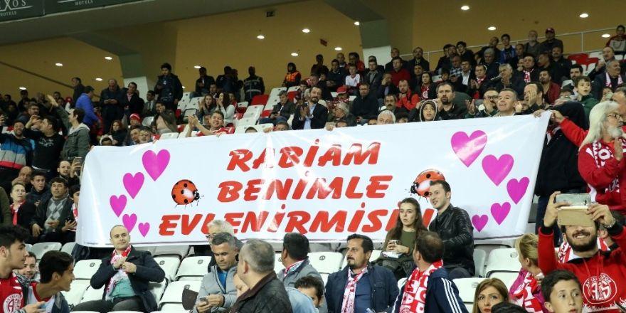 Antalyaspor tribününde evlenme teklifi