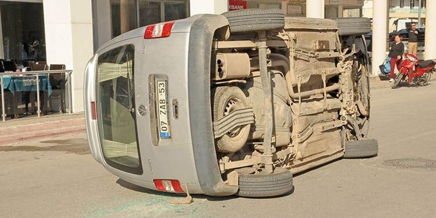 Yaşlı sürücü park halindeki araca çarptı: 1 yaralı