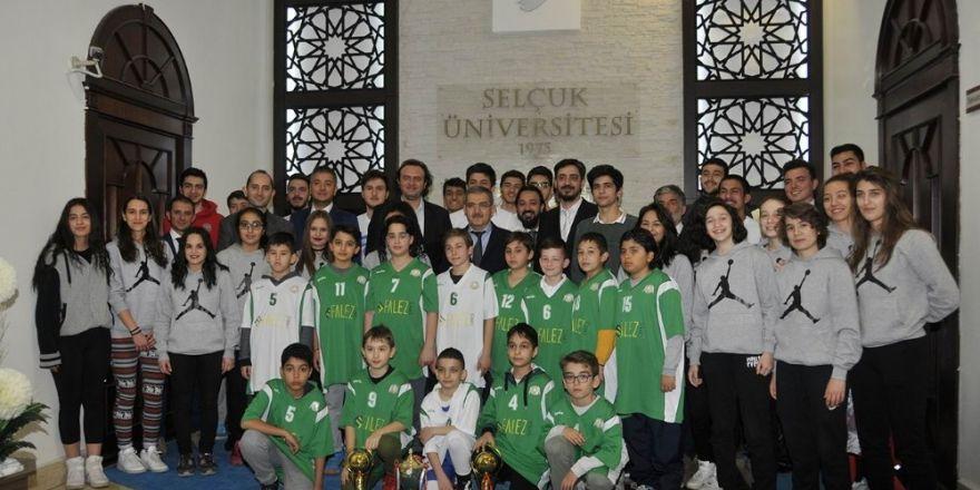 Basketbolcular kupalarıyla Rektör Şahin'i ziyaret etti