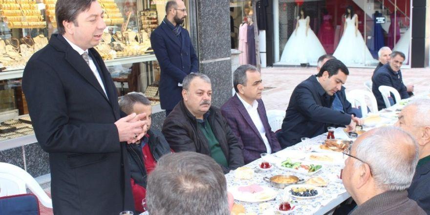 Çarşı esnafı ile buluşan Belediye Başkanı Bahçeci ve AK Parti İl Başkanı Kendirli referandumu anlattı