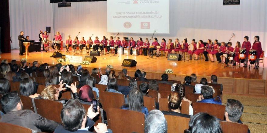 Kadın girişimcilerden oluşan grubun gösterisi ayakta alkışladı