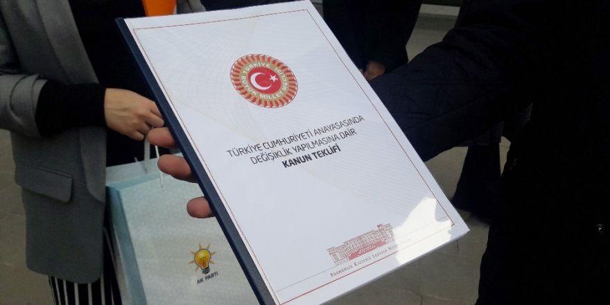 """AK Parti Gençlik Kolları, """"Anayasa Değişilik Teklifi""""ni postayla Kılıçdaroğlu'na gönderdi"""