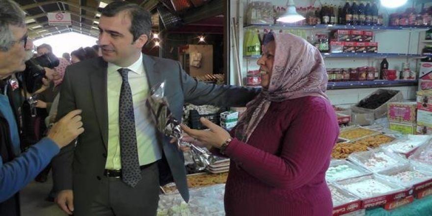 Başkan Cüneyt Yemenici kadınlara karanfil dağıttı