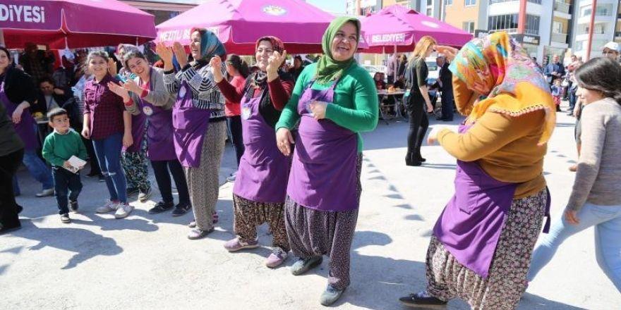 Mersin'de üretici kadınlar, şalvarla zumba dansı yaptı