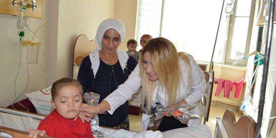 Hastane yönetimi, kadın hastalara karanfil verdi