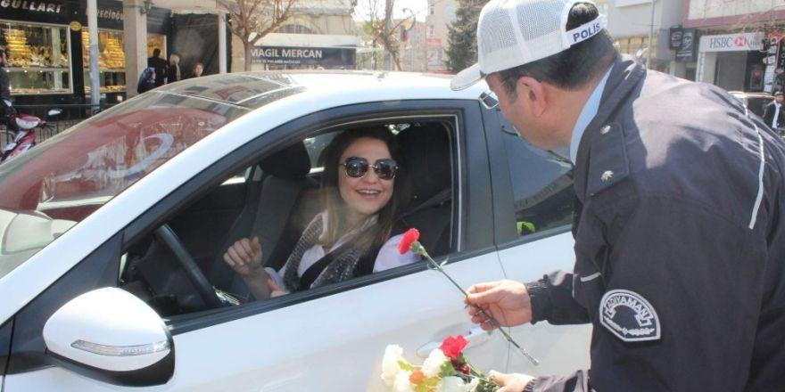 Kadın sürücülere ceza makbuzu yerine karanfil