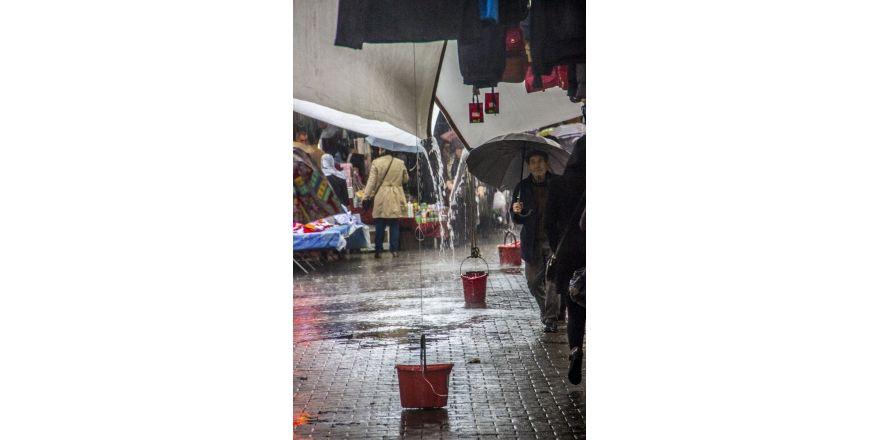 Sağanak yağış pazarı vurdu