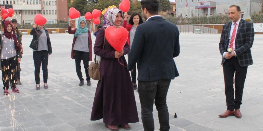 Kadınlar Gününü evlilik teklifiyle kutladı