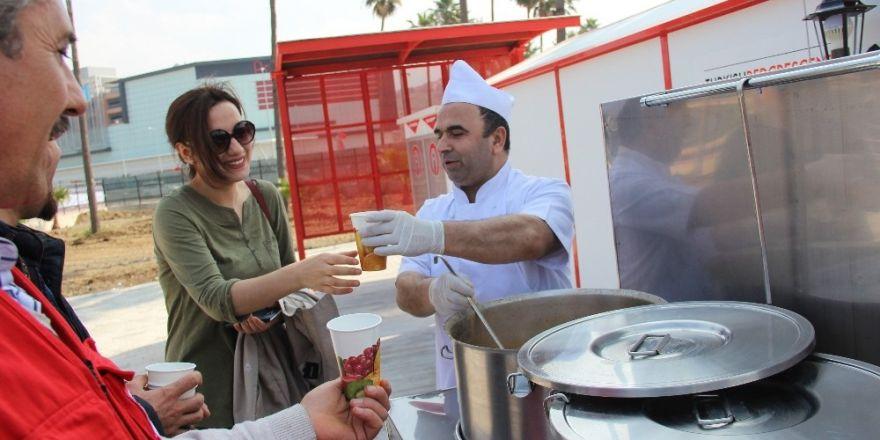 Türk Kızılayı İskenderun Şubesi'nden üniversite öğrencilerine sıcak çorba ikramı