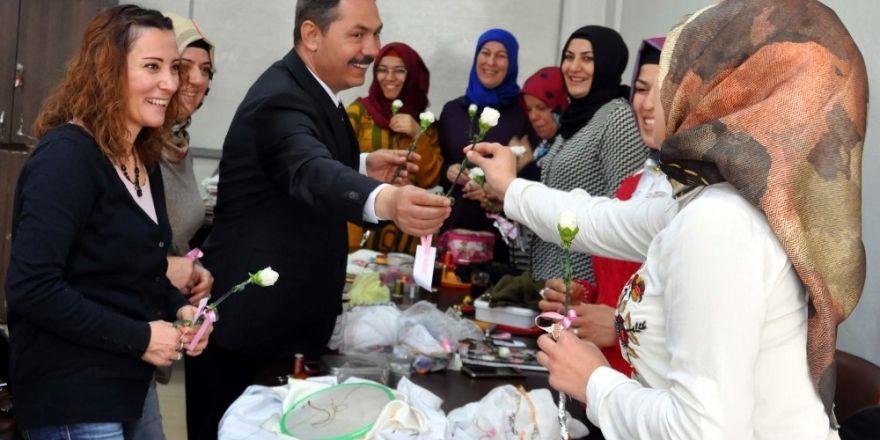 Başkan Uysal bayanlara karanfil vererek günlerini kutladı