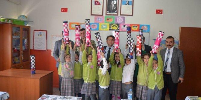 Hozat'ta öğrencilere satranç takımı dağıtıldı