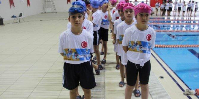 Yenişehir Belediyesi bin 71 minik yüzücüye malzeme dağıttı