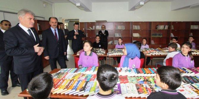 Bayburt Belediyesi'nin okul kütüphanelerine kitap bağışları devam ediyor