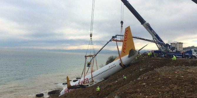 Uçağın bulunduğu yerden kaldırılmasına başlanıyor