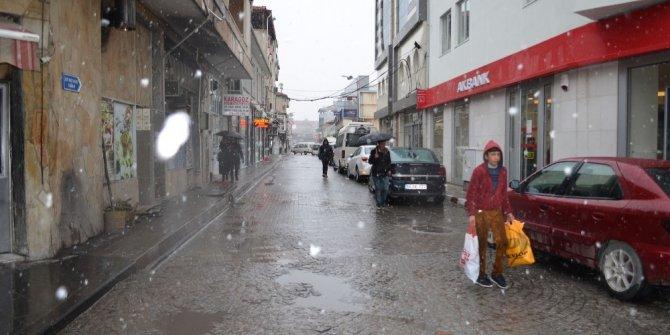 Kula'ya yılın ilk karı yağdı