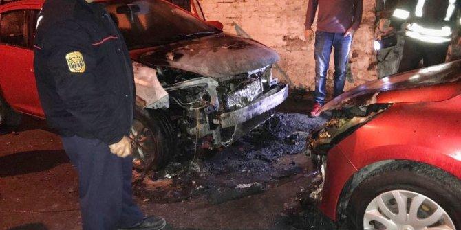 Milas'ta park halindeki 2 otomobil yandı