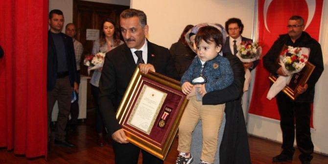Şehit yakınları ve gazilere Devlet Övünç Madalyası