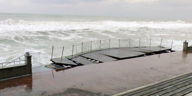Akçakoca'da şiddetli fırtına tekneleri devirdi