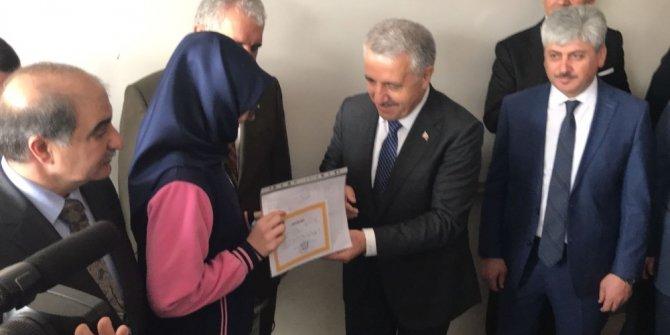 Bakan Arslan Kağızmanlı öğrencilere karne dağıttı