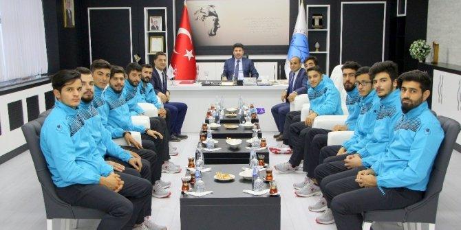 Üniversiteli futbolcular Rektör Karacoşkun ile bir araya geldi