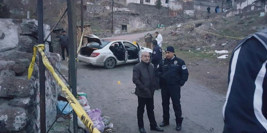 Başkent'te çifte infaz. Çapraz ateşe tutulan otomobilde bulunan 2 kişi, hayatını kaybetti
