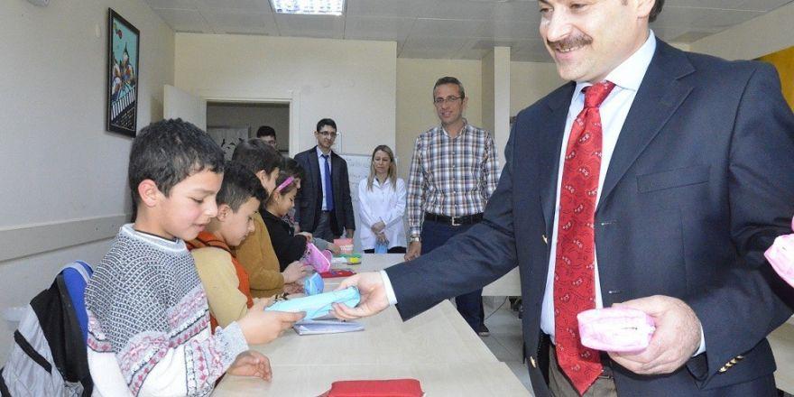 İstiklal Marşını ezberleyen muhacir çocuklara hediye sözü