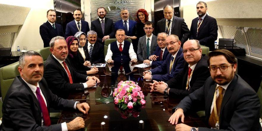 Cumhurbaşkanı Erdoğan, Rusya dönüşü gazetecilerin sorularını cevapladı