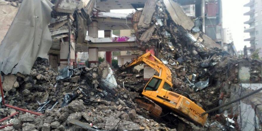 Yıkımı devam eden 4 katlı binada göçük