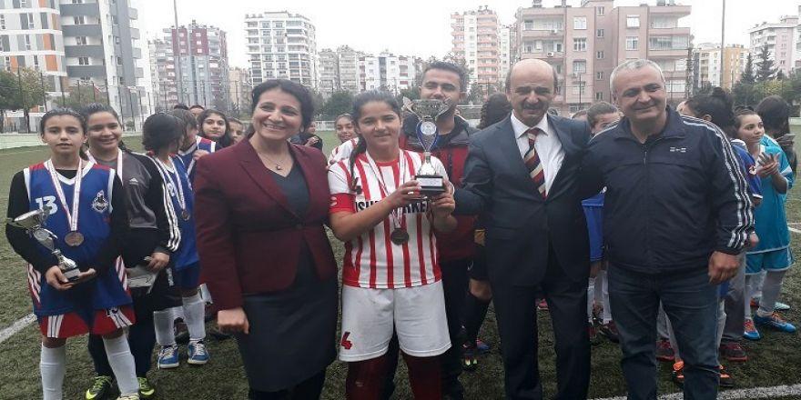 Karataşlı kız futbolcular Adana üçüncüsü oldu