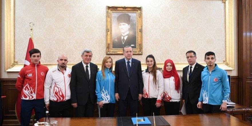 Cumhurbaşkanı Erdoğan, şampiyon sporcuları ödüllendirdi