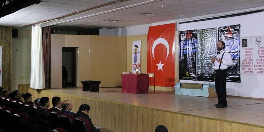 Ünlü tiyatrocu Saim Engin Van'da sahne aldı