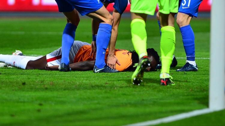 Galatasaray'lı Gomis Kasımpaşa maçında bayıldı