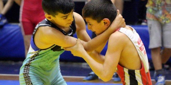 Manisa'da okullar arası yıldızlar güreş müsabakaları