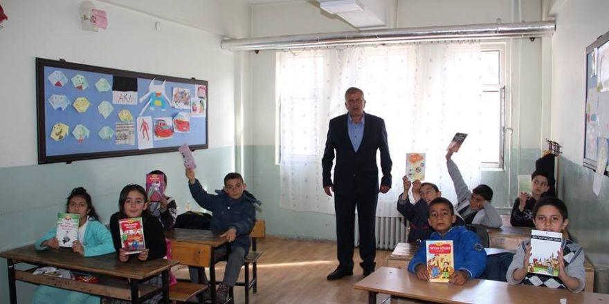 Oltu Şehitler İlkokulu öğrencilerine Bursa'dan kırtasiye desteği