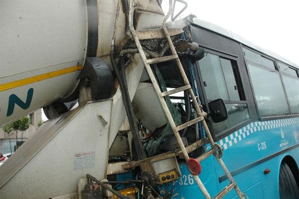 Özel Halk Otobüsü Beton Mikserine Çarptı