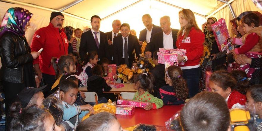 Türk Kızılayı minik depremzedelere oyuncak dağıttı