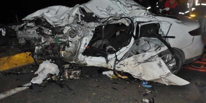Karşı şeride geçen araç tırla kafa kafaya çarpıştı: 1 ölü, 1 yaralı
