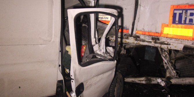 TEM Otoyolu'nda 3 araç birbirine girdi: 1 yaralı