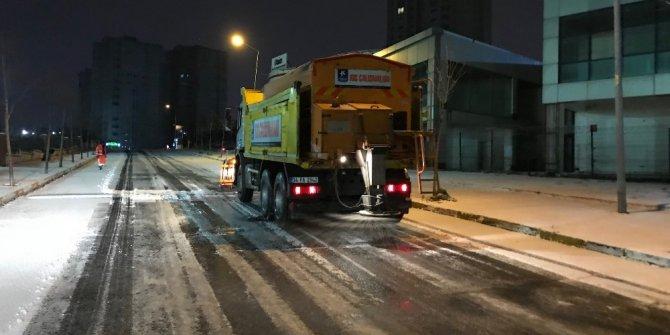 Küçükçekmece'de ekipler gece boyunca karla mücadele etti