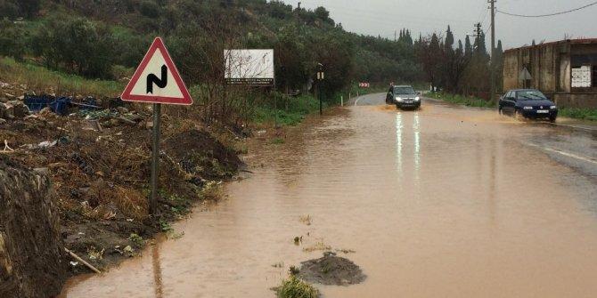 Kara yolu sular altında kaldı