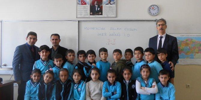 Minikler harçlıklarını Mehmetçik Vakfına Bağışladılar