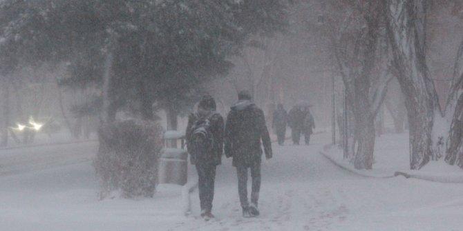 Erzurum'da kar ve tipi nedeniyle araçlar yolda kaldı