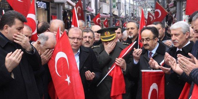 Tarihi çarşıda esnaf, Mehmetçik için dua etti