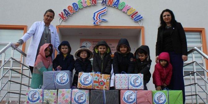 Minik öğrenciler oyuncaklarını anaokullarına hediye etti