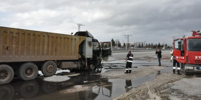 Hareket halindeki damperli kamyon yandı